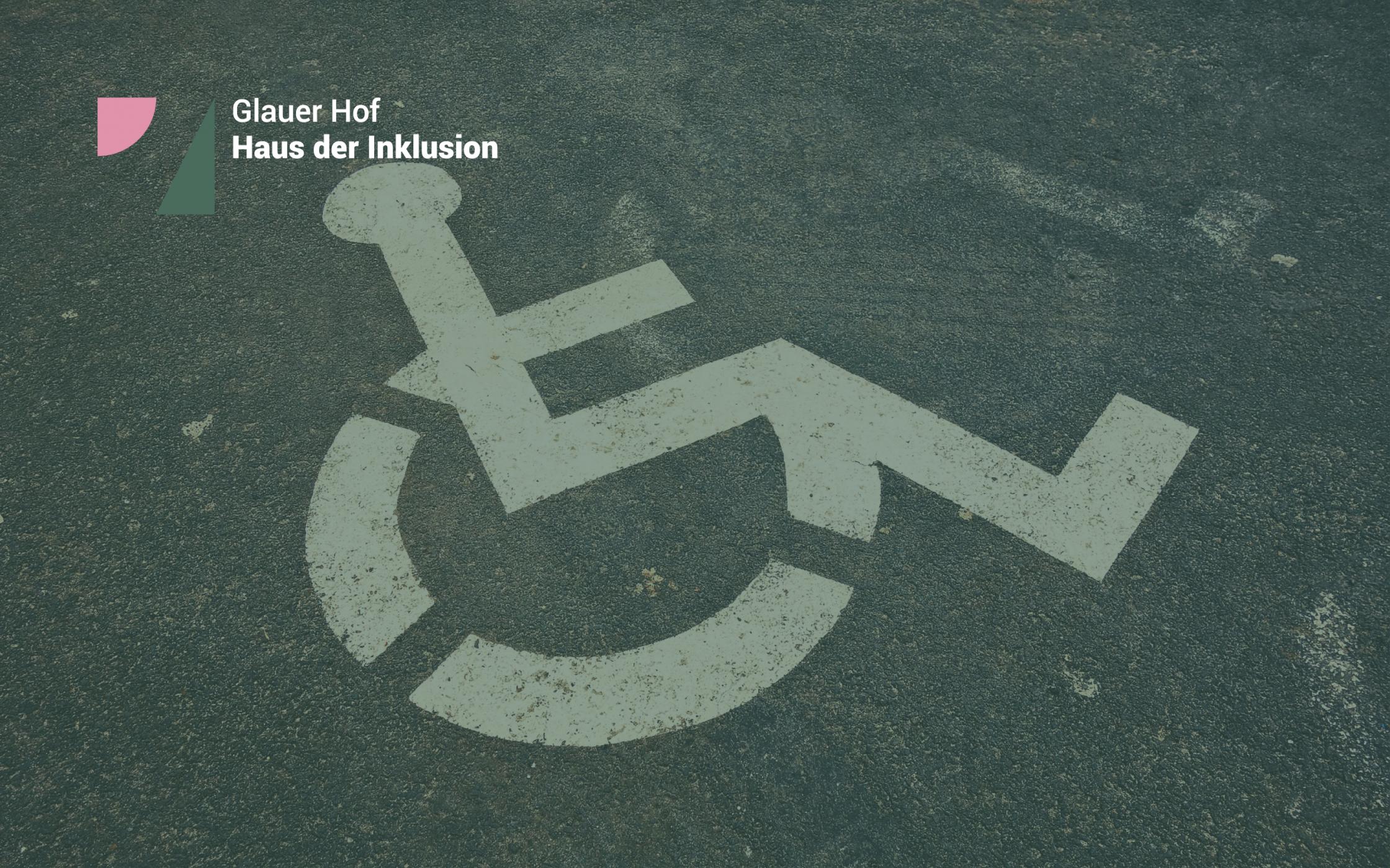Parkplatzkennzeichnung für Rollstuhlfahrer*innen